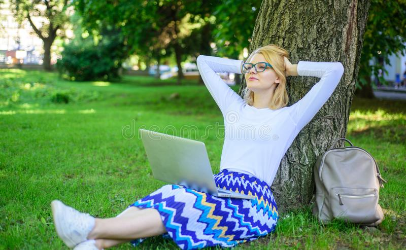 Ελεύθερη πρόσβαση σύνδεσης δικτύων FI WI Η γυναίκα με το lap-top απασχολείται στο υπαίθριο, υπόβαθρο πάρκων Να εκμεταλλευτεί το ε στοκ φωτογραφίες