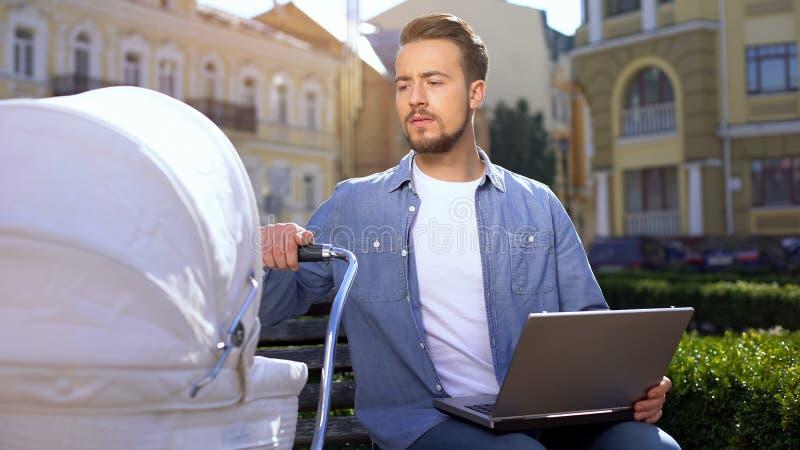 Ελεύθερος επαγγελματίας που στέλνει email σε φορητούς υπολογιστές και κινεί ροδάκια, ισορροπία οικογένειας και σταδιοδρομίας στοκ φωτογραφίες με δικαίωμα ελεύθερης χρήσης