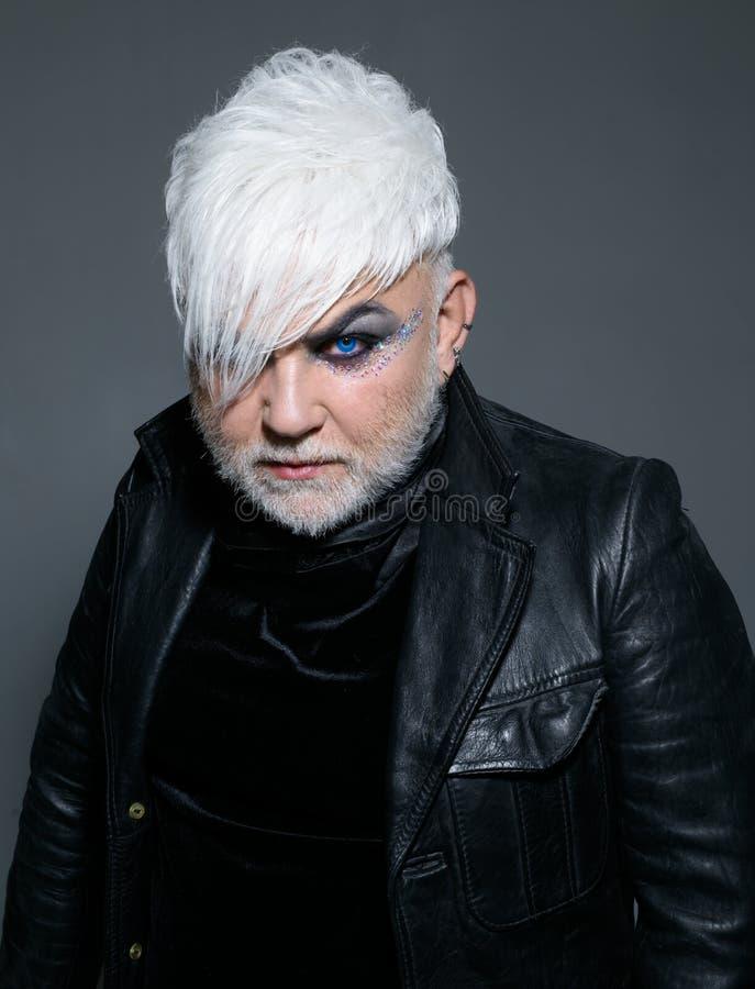 Ελεύθερος και αλλόκοτος Transgender πρόσωπο Εξωτικό άτομο hipster με τη μόδα hairstyle Ύφος μόδας Hipster υποστήριξη στοκ εικόνες