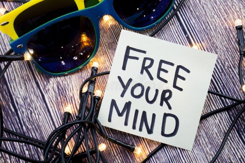 Ελεύθερος το μυαλό σας μια έννοια ενθάρρυνσης σε χαρτί σημειώσεων Μερικά φω'τα παρουσιάζονται στην ιδιαίτερη διαταγή Δύο γυαλιά η στοκ εικόνα