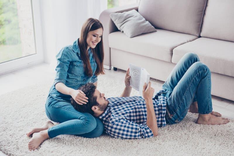Ελεύθερος χρόνος από κοινού Το ευτυχές όμορφο ζεύγος περνά το Σαββατοκύριακο τ στοκ εικόνα