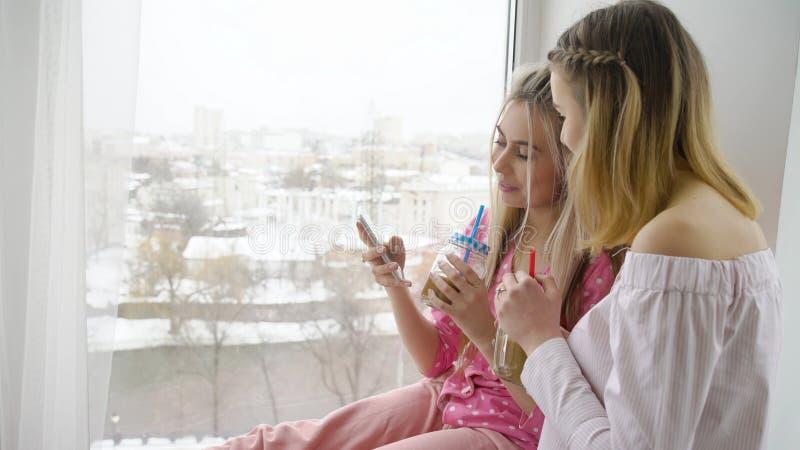 Ελεύθερος χρόνος φίλων ξεφυλλίσματος smartphone τρόπου ζωής νεολαίας στοκ φωτογραφίες με δικαίωμα ελεύθερης χρήσης