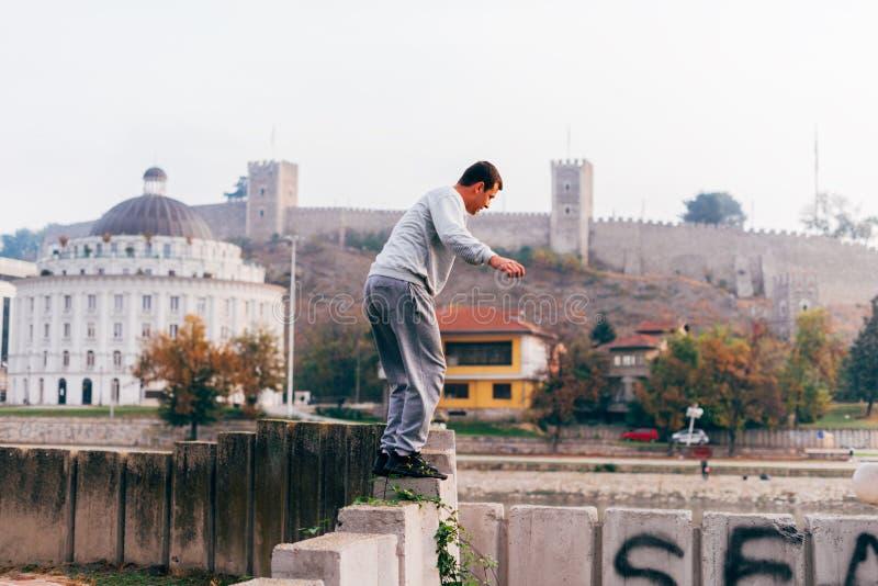 Ελεύθερο άλμα κατάρτισης δρομέων parkour σε έναν φράκτη κάνοντας ένα πίσω κτύπημα στοκ φωτογραφία με δικαίωμα ελεύθερης χρήσης