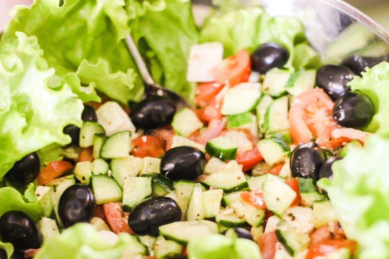 ελιές σαλάτας, αγγούρια, ντομάτες στοκ εικόνες