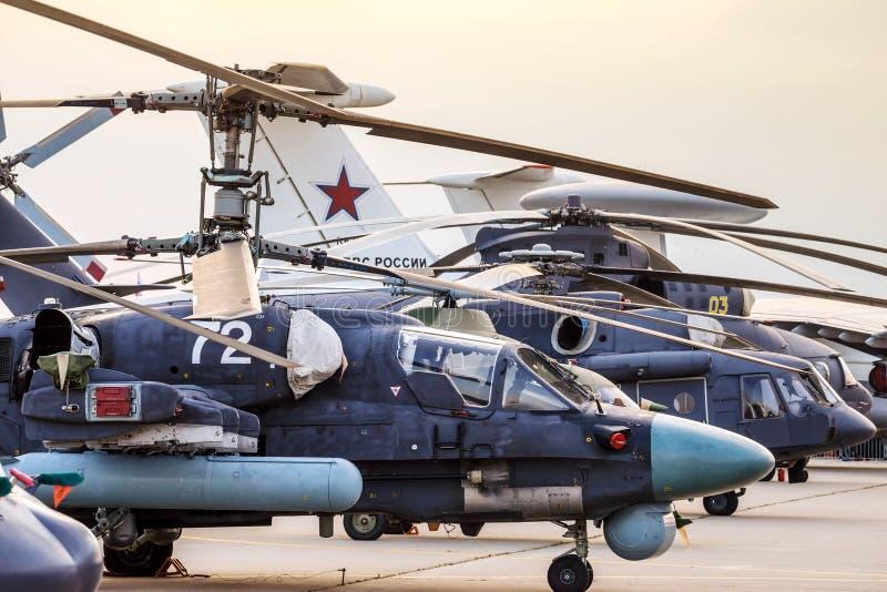 Ελικόπτερα και αεροπλάνα στη σειρά στοκ εικόνα