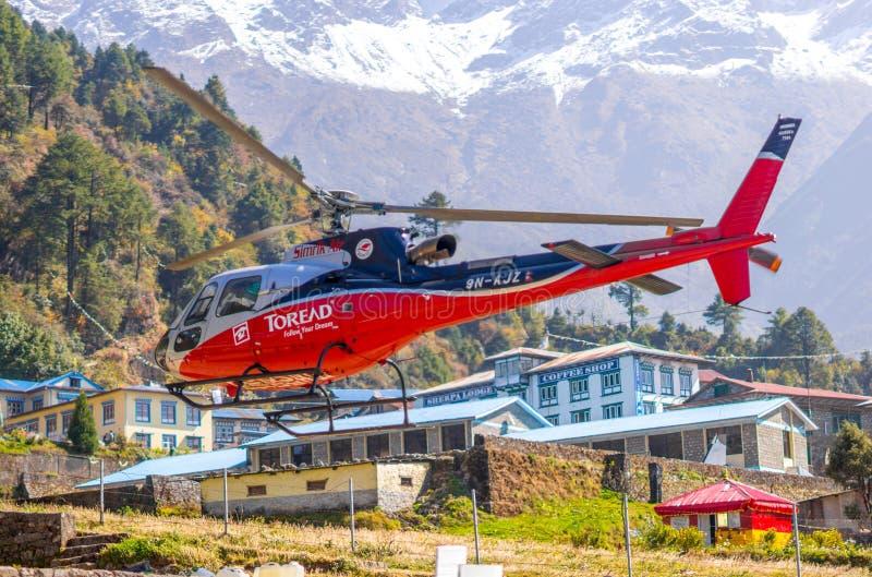 Ελικόπτερο διάσωσης στον αερολιμένα Lukla στα Ιμαλάια στοκ φωτογραφία με δικαίωμα ελεύθερης χρήσης