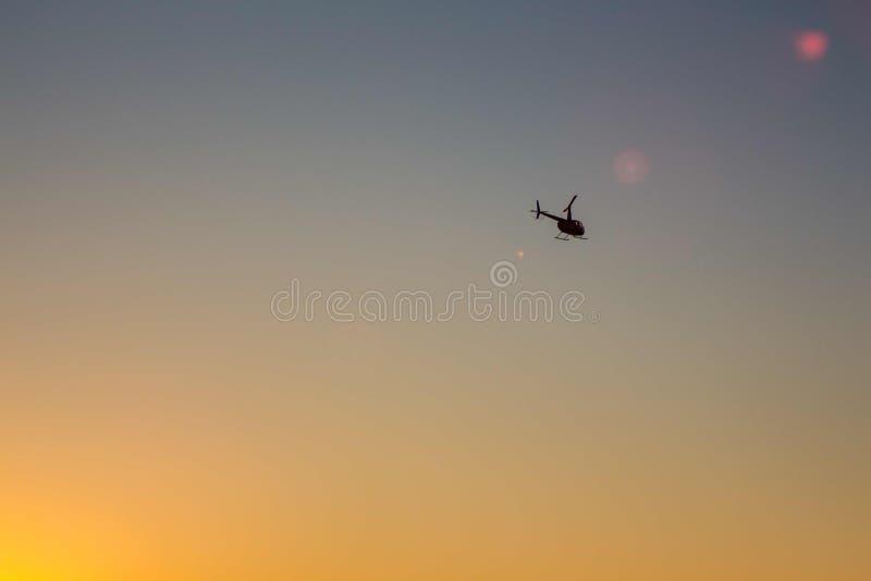 Ελικόπτερο που πετά στον ουρανό στοκ εικόνες