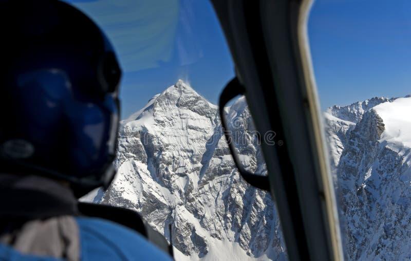Ελικόπτερο που πλησιάζει την αιχμή Jungfrau στοκ φωτογραφία με δικαίωμα ελεύθερης χρήσης