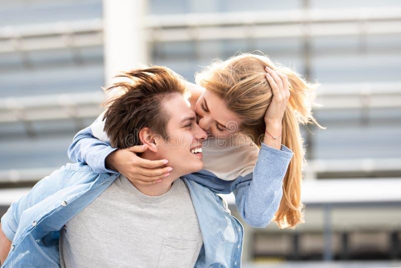 Ελκυστικά αγόρι και κορίτσι που αγκαλιάζουν και που φιλούν στοκ φωτογραφία με δικαίωμα ελεύθερης χρήσης
