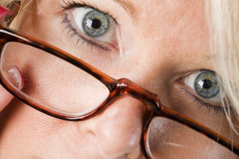 ελκυστικά ξανθά γυαλιά π&om στοκ εικόνες