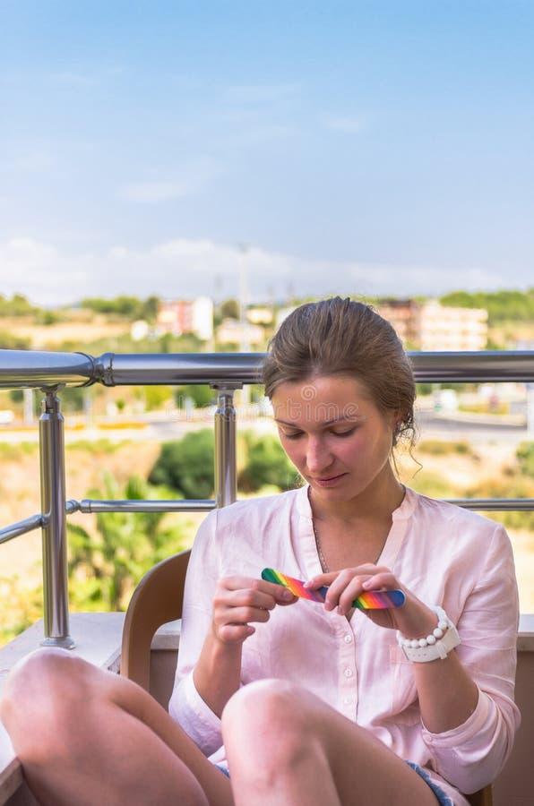 Ελκυστικά ξανθά καρφιά αρχειοθέτησης γυναικών σε ετοιμότητα στοκ φωτογραφία