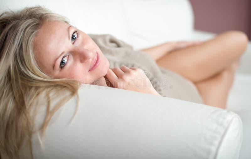 ελκυστικές νεολαίες γυναικών καναπέδων στοκ φωτογραφίες