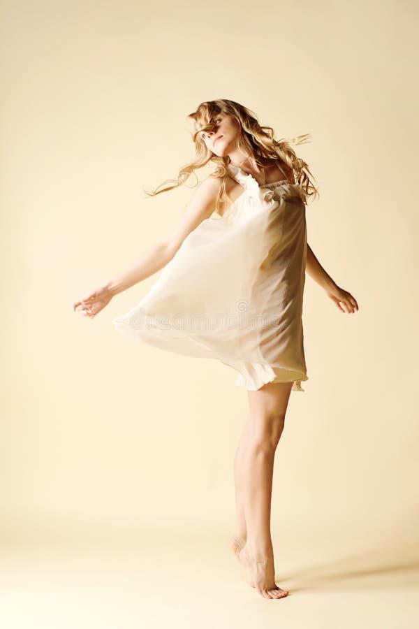 ελκυστικές χορεύοντας στοκ φωτογραφίες με δικαίωμα ελεύθερης χρήσης