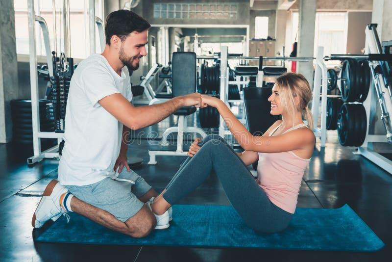 Ελκυστική αγάπη ζεύγους ικανότητας που δίνει την πρόσκρουση χεριών μαζί μετά από Workout στη γυμναστική ικανότητας , Το πορτρέτο  στοκ φωτογραφίες