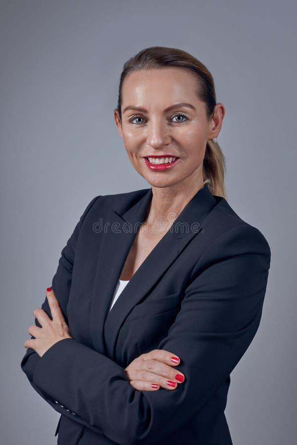 Ελκυστική βέβαια έξυπνη επιχειρηματίας σε μια μπλε ζακέτα στοκ φωτογραφία με δικαίωμα ελεύθερης χρήσης