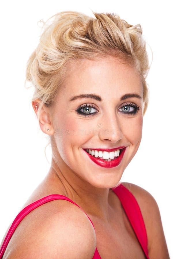 Ελκυστική βέβαια γυναίκα που χαμογελά με τα καλά δόντια στοκ εικόνα