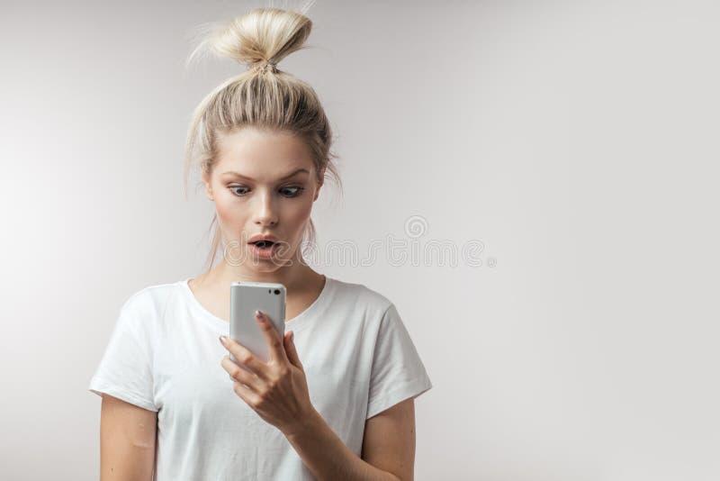 Ελκυστική βγααλμένη γυναίκα με το ανοιγμένο στόμα και την έκπληκτη έκφραση στοκ φωτογραφίες με δικαίωμα ελεύθερης χρήσης