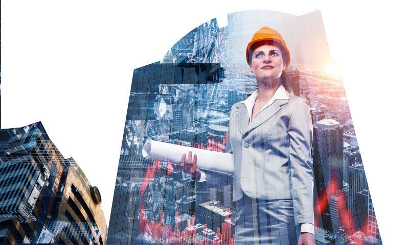 Ελκυστική γυναίκα αρχιτεκτόνων και το πρόγραμμά της Μικτά μέσα στοκ φωτογραφία με δικαίωμα ελεύθερης χρήσης