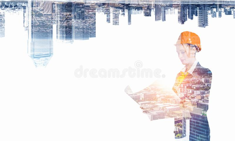 Ελκυστική γυναίκα αρχιτεκτόνων και το πρόγραμμά της Μικτά μέσα στοκ εικόνες