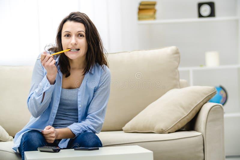 Ελκυστική γυναίκα βλέπει την τηλεόραση με αναμονή Θέλει να κερδίσει λαχείο Αντιγραφή χώρου Κλείσιμο στοκ εικόνα