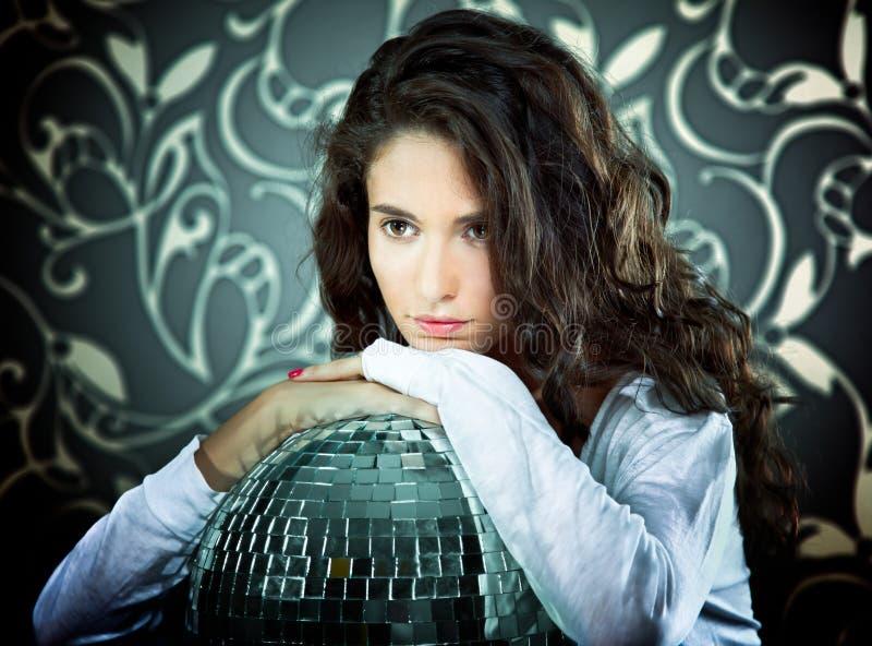 Ελκυστική γυναίκα με τη σφαίρα disco στοκ φωτογραφία με δικαίωμα ελεύθερης χρήσης