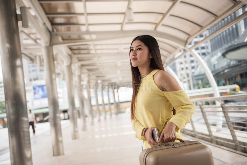 Ελκυστική γυναίκα με τις αποσκευές Ταξίδι στο κατάστρωμα στοκ φωτογραφία με δικαίωμα ελεύθερης χρήσης