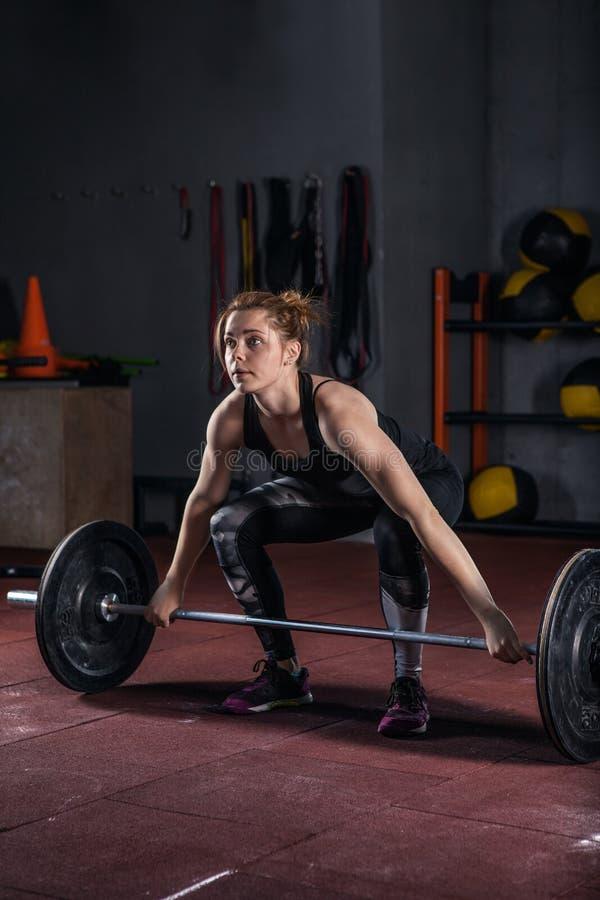 Ελκυστική γυναίκα που επιλύει σε μια γυμναστική στοκ εικόνες