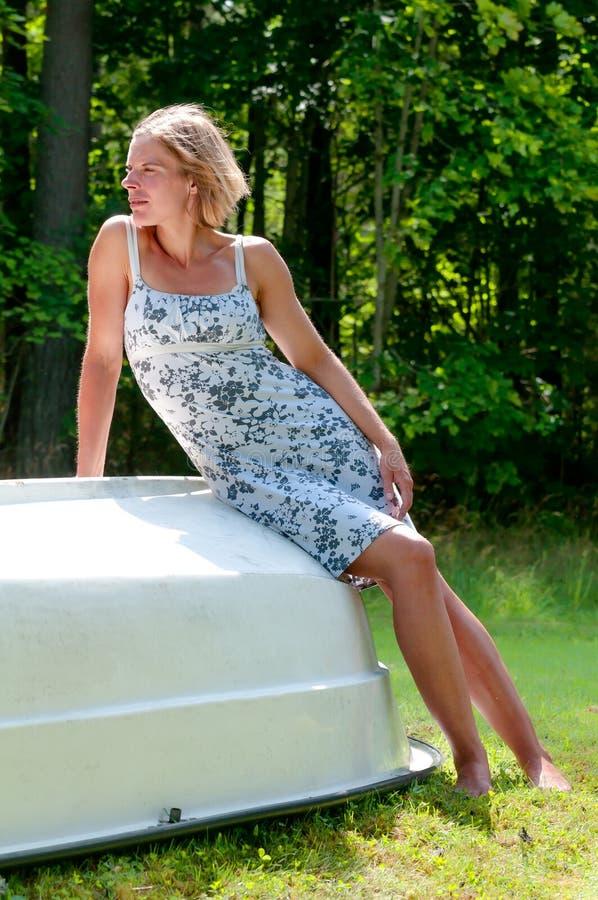 Ελκυστική γυναίκα που ξαπλώνει επάνω στοκ εικόνες με δικαίωμα ελεύθερης χρήσης