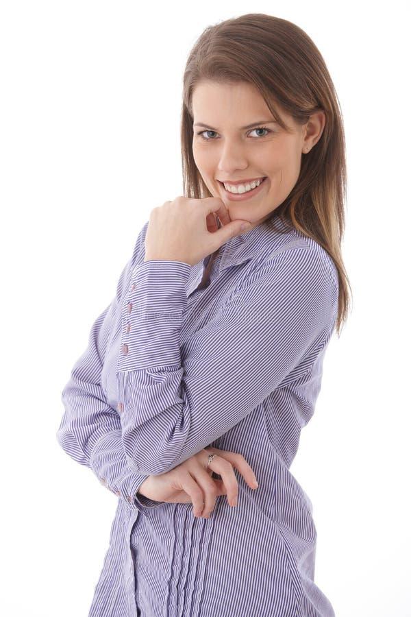 Ελκυστική γυναίκα που χαμογελά με βεβαιότητα στοκ εικόνα με δικαίωμα ελεύθερης χρήσης