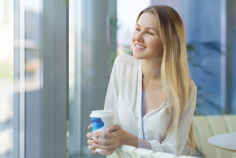 Ελκυστική γυναίκα σε έναν καφέ στοκ εικόνα με δικαίωμα ελεύθερης χρήσης