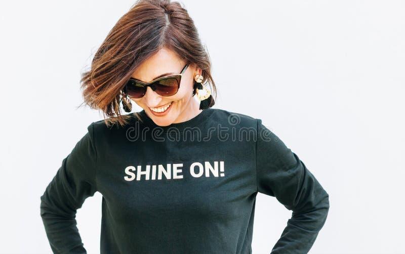 Ελκυστική ελεύθερη αισθαμένος χαμογελώντας γυναίκα στη μαύρη μπλούζα στοκ εικόνα