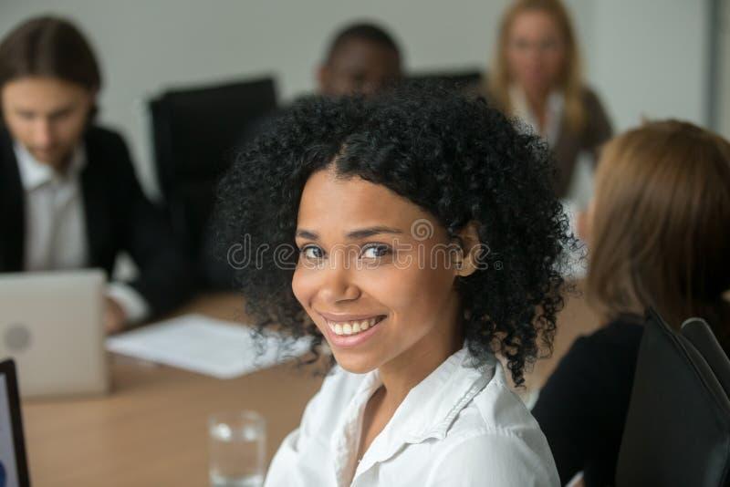 Ελκυστική επιχειρηματίας αφροαμερικάνων στη συνεδρίαση των ομάδων, κεφάλι στοκ φωτογραφία με δικαίωμα ελεύθερης χρήσης