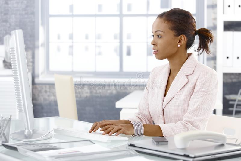 Ελκυστική επιχειρηματίας afro στην εργασία στοκ εικόνες με δικαίωμα ελεύθερης χρήσης