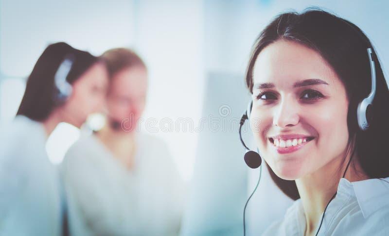 Ελκυστική επιχειρησιακή γυναίκα που εργάζεται στο lap-top στο γραφείο διάνυσμα ανθρώπων επιχειρησιακής απεικόνισης jpg στοκ εικόνες