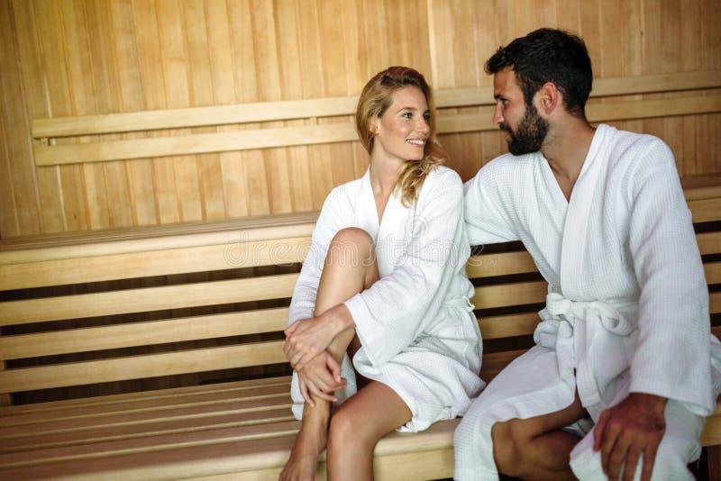 Ελκυστική ευτυχής χαλάρωση ζευγών στο κέντρο SPA στοκ εικόνα με δικαίωμα ελεύθερης χρήσης