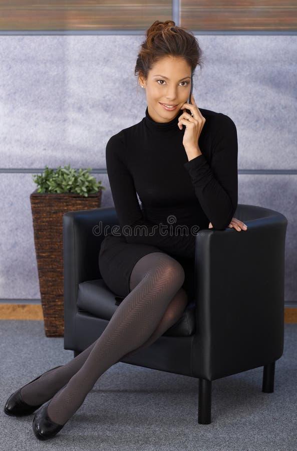 Ελκυστική κομψή επιχειρηματίας σε κινητό στοκ φωτογραφία με δικαίωμα ελεύθερης χρήσης