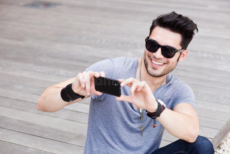 ελκυστική λήψη smartphone φωτογραφιών ατόμων στοκ φωτογραφία με δικαίωμα ελεύθερης χρήσης