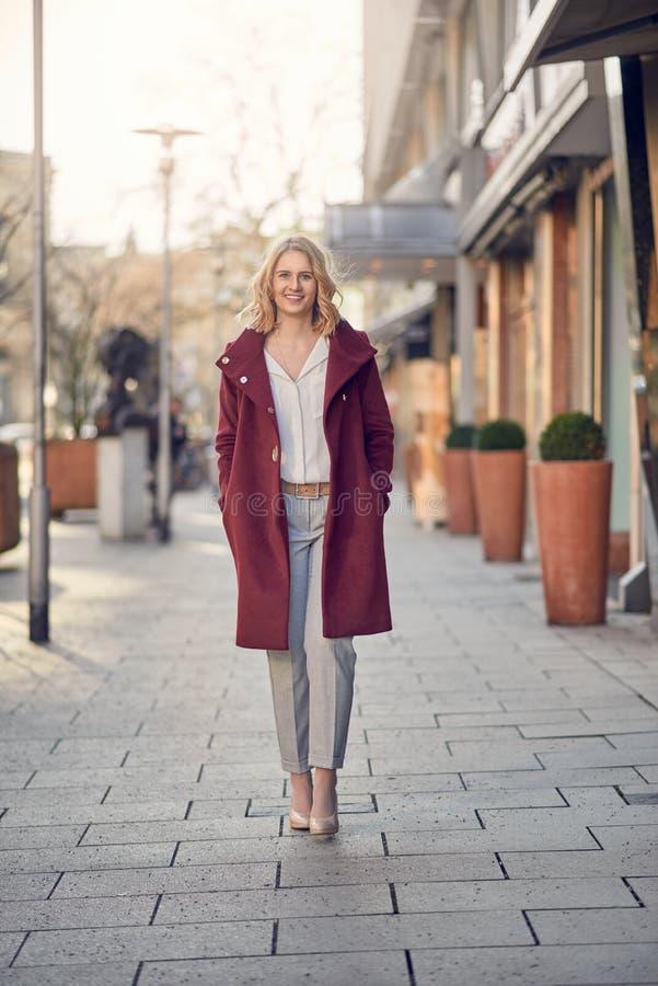 Ελκυστική μοντέρνη νέα γυναίκα που περπατά την πόλη στοκ φωτογραφία με δικαίωμα ελεύθερης χρήσης