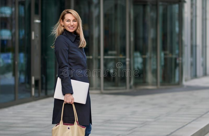 Ελκυστική μοντέρνη ξανθή επιχειρηματίας που περπατά μέσω της πόλης στοκ εικόνες με δικαίωμα ελεύθερης χρήσης