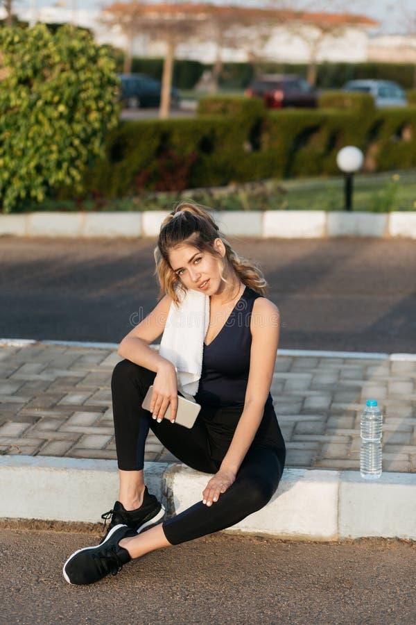 Ελκυστική νέα αθλητική κατάψυξη γυναικών στην οδό έξω το ηλιόλουστο πρωί Κατάρτιση, θερινός χρόνος, ικανότητα, workout στοκ εικόνες