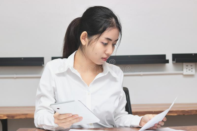Ελκυστική νέα ασιατική επιχειρηματίας που εργάζεται στον εργασιακό χώρο στην αρχή Σκέψη και στοχαστική επιχειρησιακή έννοια στοκ εικόνες
