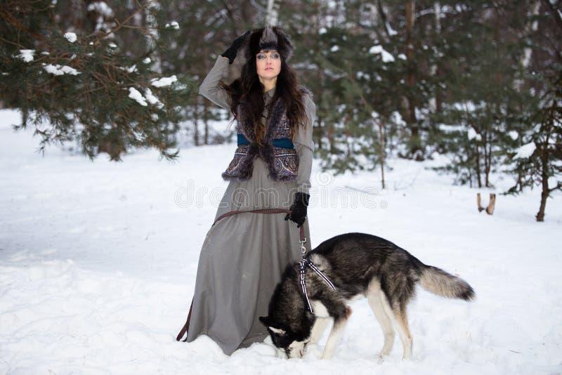 Ελκυστική νέα γυναίκα με το γεροδεμένο σκυλί στο χειμερινό πάρκο στοκ φωτογραφίες με δικαίωμα ελεύθερης χρήσης