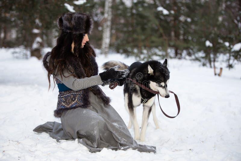 Ελκυστική νέα γυναίκα με το γεροδεμένο σκυλί στοκ φωτογραφίες