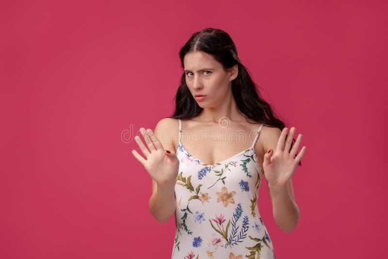 Ελκυστική νέα γυναίκα που δεν λέει κανένα αριθ. στοκ φωτογραφία με δικαίωμα ελεύθερης χρήσης