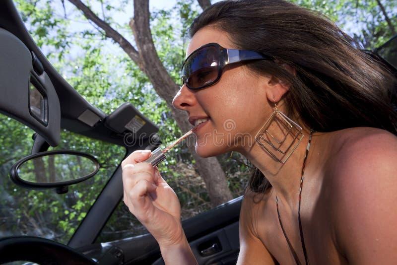 Ελκυστική νέα γυναίκα που εφαρμόζει Makeup στοκ εικόνα με δικαίωμα ελεύθερης χρήσης