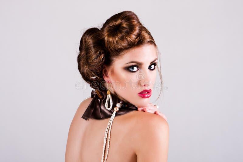 Ελκυστική νέα γυναίκα που κοιτάζει πέρα από τον ώμο της στοκ εικόνα με δικαίωμα ελεύθερης χρήσης
