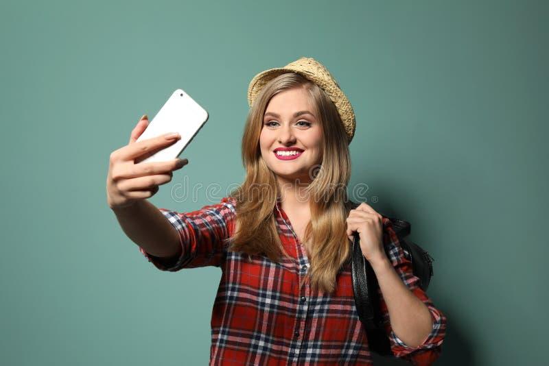 Ελκυστική νέα γυναίκα που παίρνει το selfi στοκ εικόνες