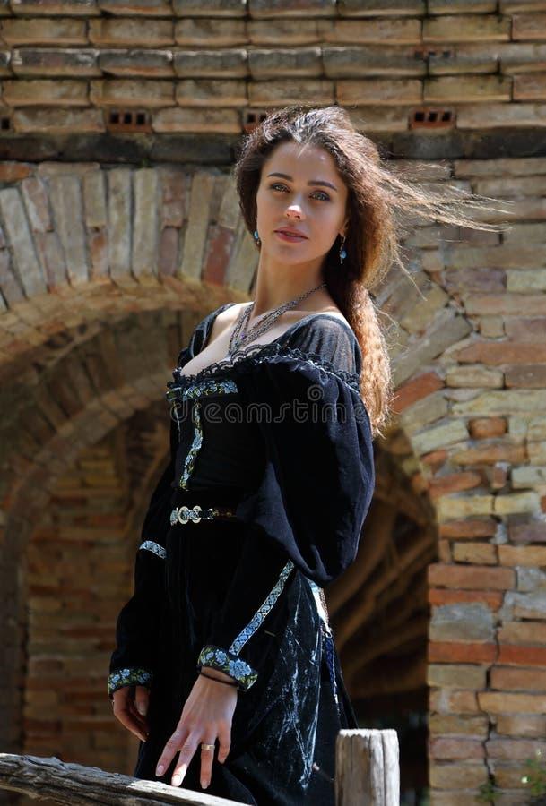 Ελκυστική νέα γυναίκα σε ένα μεσαιωνικό φόρεμα στοκ εικόνες