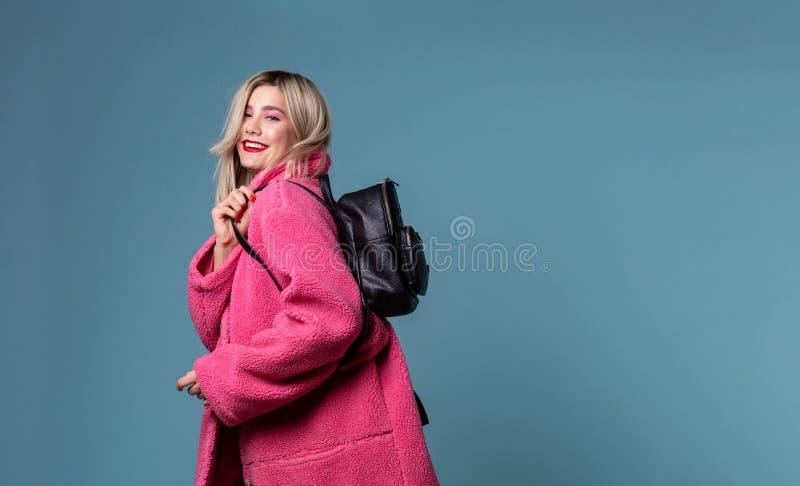 Ελκυστική νέα γυναίκα σπουδαστής με ένα μαύρο σακίδιο πλάτης πέρα από τον ώμο της στοκ εικόνα με δικαίωμα ελεύθερης χρήσης