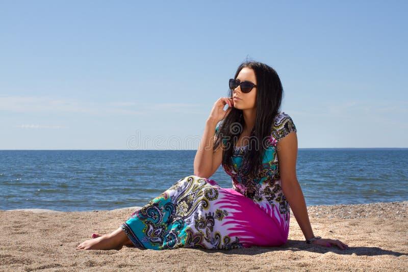 Ελκυστική νέα γυναίκα στην παραλία στοκ εικόνα με δικαίωμα ελεύθερης χρήσης